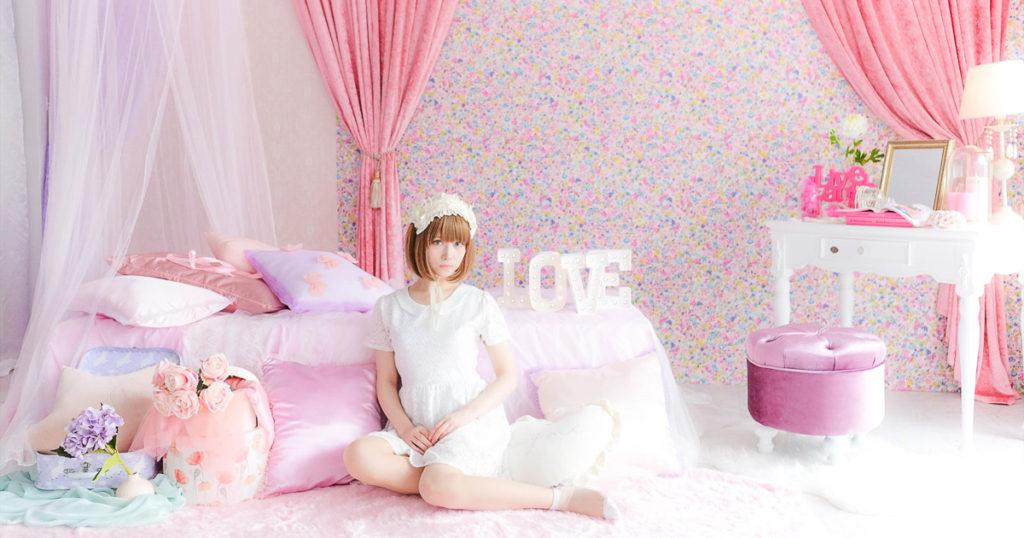 ひつじスタジオのピンクブース写真 モデル込みシンプル衣装